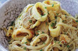 Singapore noodles a delicious low FODMAP recipe