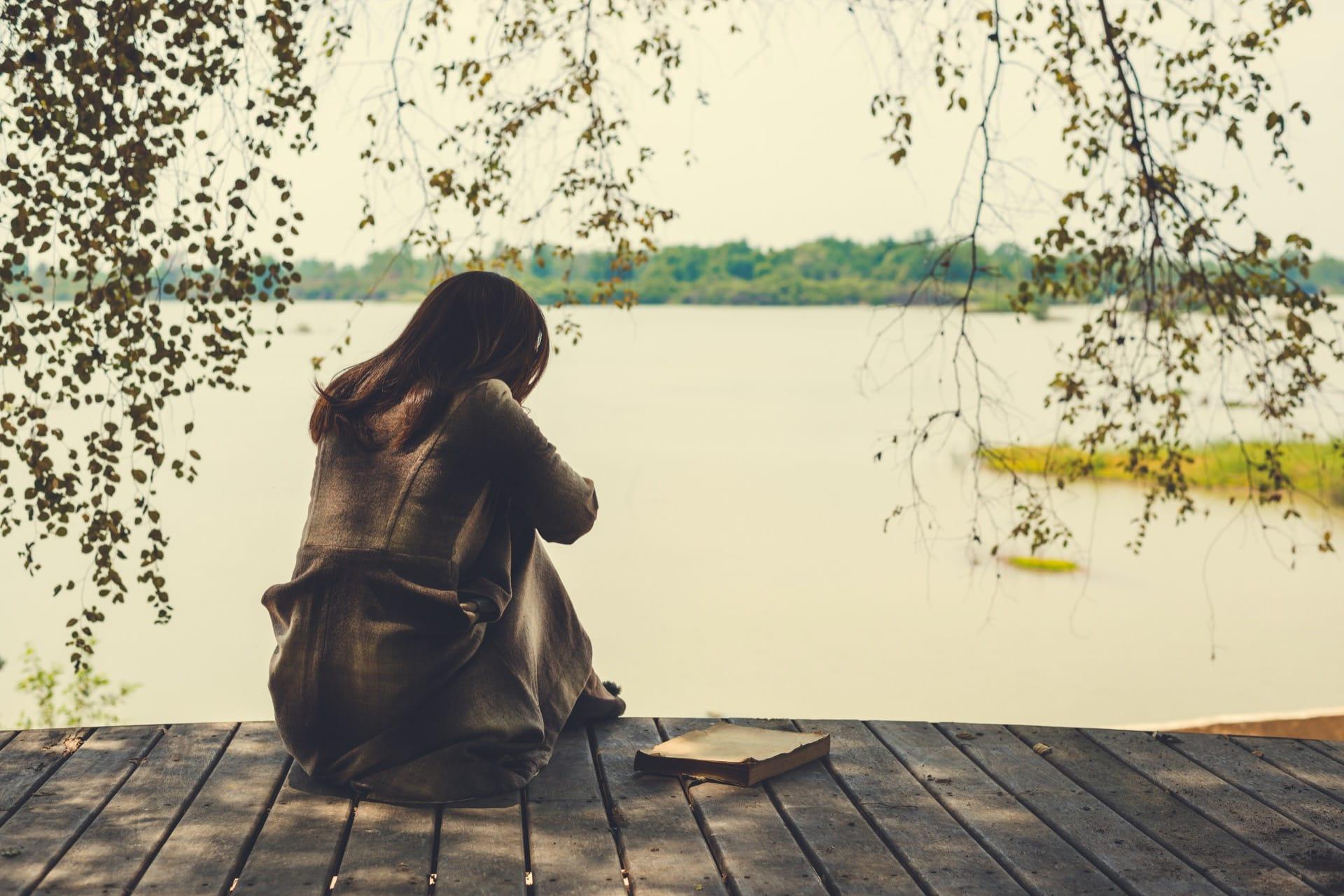 Slika naših trenutnih osećanja - Page 5 Lonely-sad-woman-sitting-looking-out-at-the-water